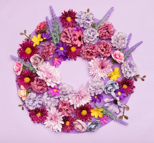 Disposizione del primo piano di bei fiori