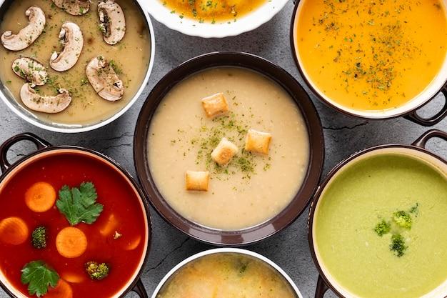 Disposizione del primo piano di zuppa fatta in casa