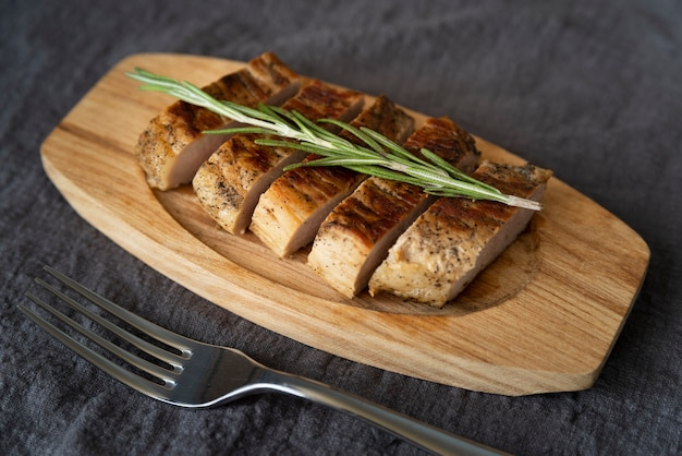 Disposizione dell'angolo alto con carne e forcella deliziose