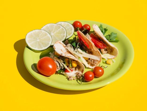 Disposizione dell'angolo alto con cibo delizioso sul piatto
