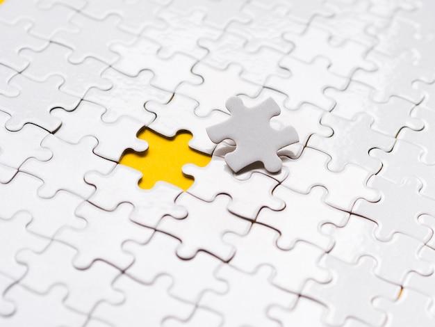 Disposizione dell'angolo alto dei pezzi di puzzle per il concetto di individualità