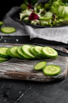 Disposizione dell'insalata con cetriolo affettato