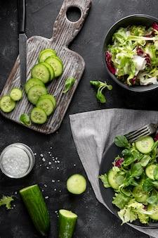 Disposizione dell'insalata con stoviglie scure