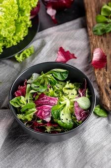 Disposizione dell'insalata di vista superiore sul panno bianco