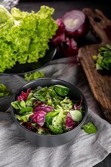 Disposizione dell'insalata sul panno bianco