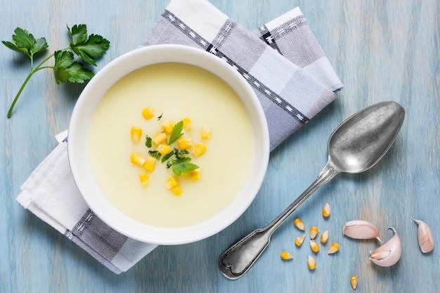 Disposizione della ciotola della zuppa di crema di vista superiore