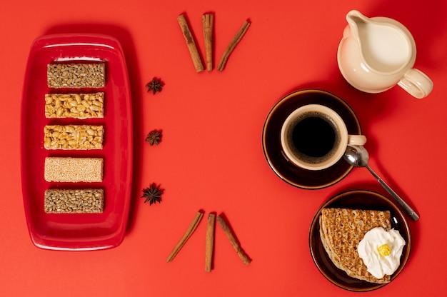 Disposizione della colazione dolce vista dall'alto su sfondo chiaro