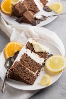 Disposizione della torta con fettine di arancia