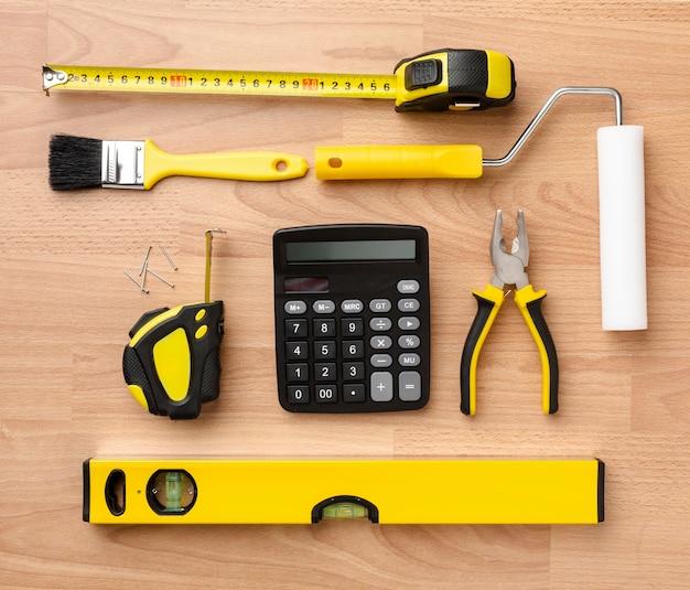 Disposizione della vista superiore degli strumenti di riparazione gialli