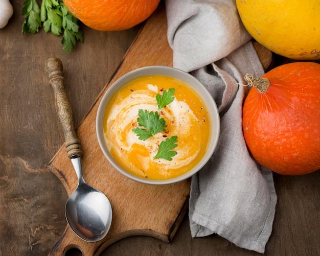 Disposizione della zuppa deliziosa piatta
