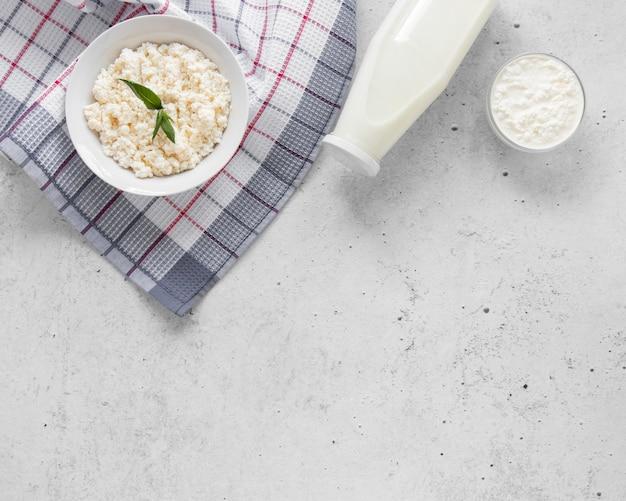 Disposizione delle bottiglie di latte con copia-spazio