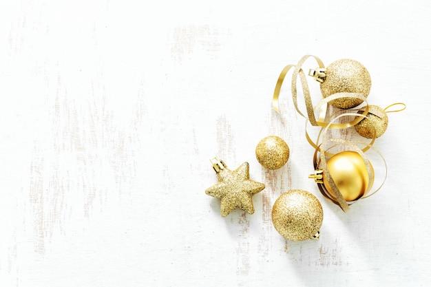 Disposizione delle classiche decorazioni natalizie