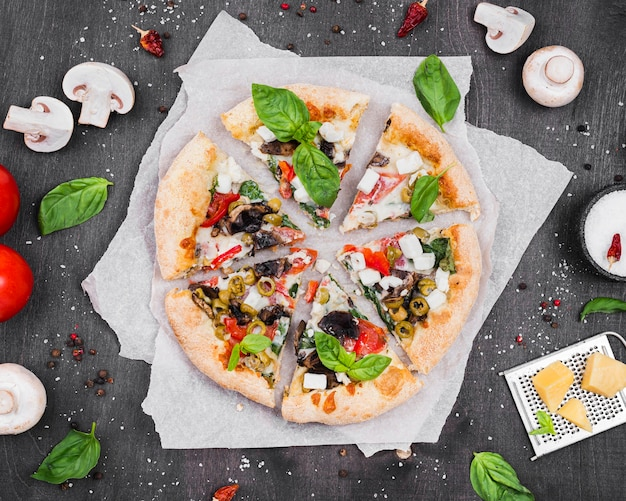 Disposizione delle fette di pizza soffice e piatta