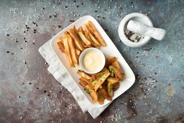 Disposizione delle patatine fritte con condimento