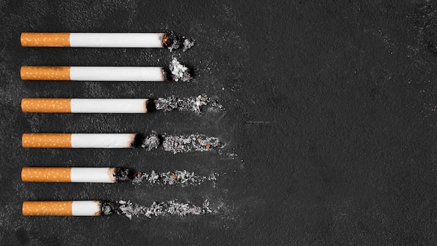 Disposizione delle sigarette su fondo nero