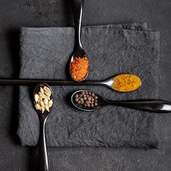 Disposizione delle spezie sane in cucchiai sui tovaglioli