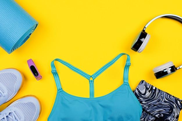 Disposizione di abbigliamento sportivo e accessori per donne in giallo