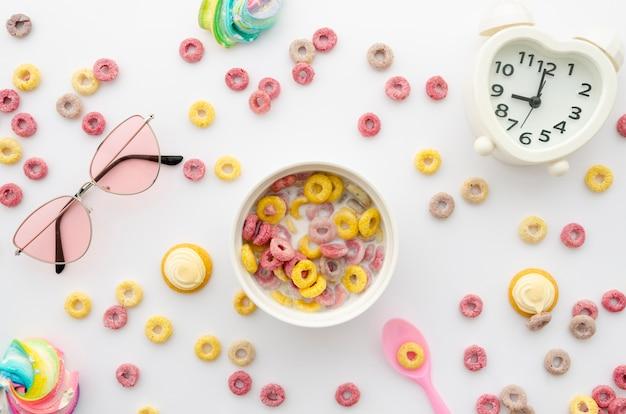 Disposizione di anelli di cereali di frutta con decorazioni