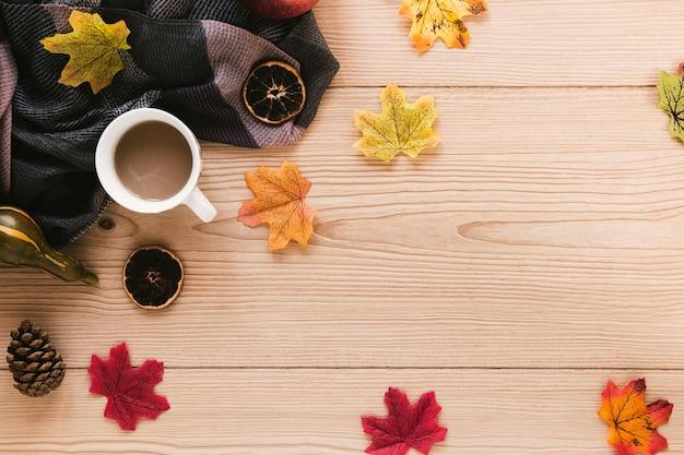 Disposizione di autunno di vista superiore su fondo di legno