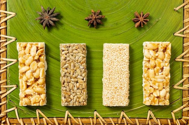 Disposizione di barrette di cereali vista dall'alto