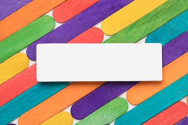 Disposizione di bastoncini di gelato colorati