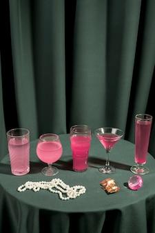 Disposizione di bevande lussuose sul tavolo
