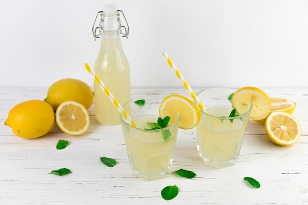 Disposizione di bicchieri di limonata vista dall'alto