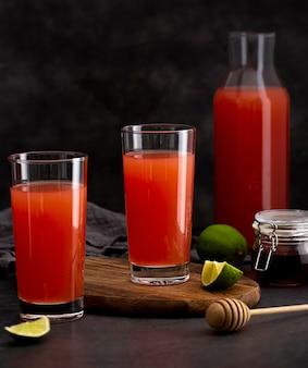 Disposizione di bicchieri di succo delizioso