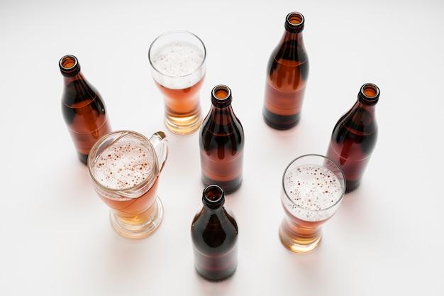 Disposizione di bicchieri e bottiglie di birra