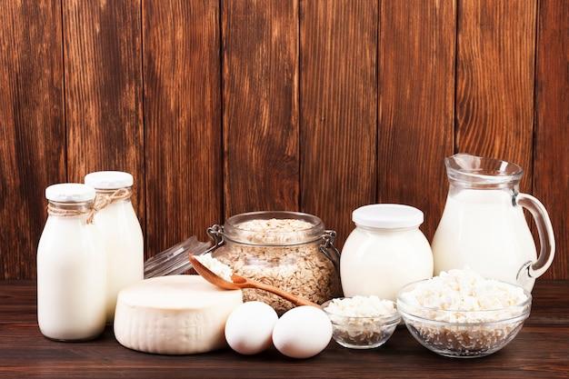 Disposizione di brocche di latte e prodotti lattiero-caseari