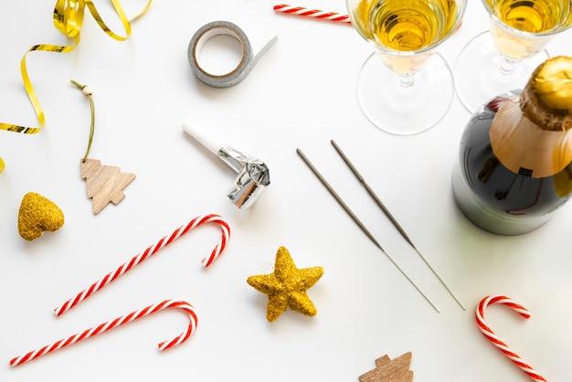 Disposizione di champagne e caramelle per la festa di capodanno