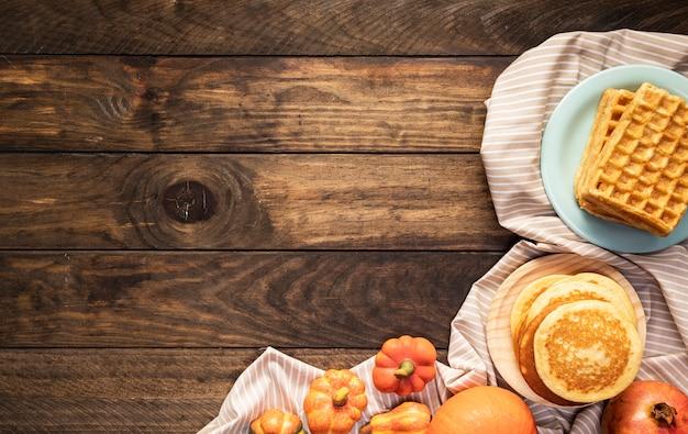Disposizione di cibo piatto sul foglio a strisce