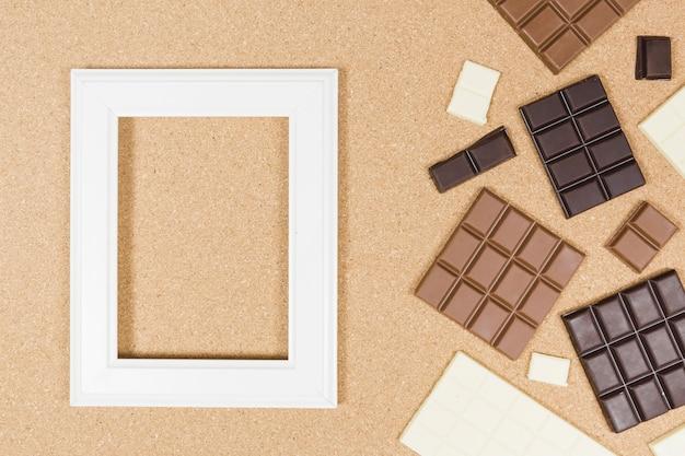 Disposizione di cioccolato vista dall'alto con cornice