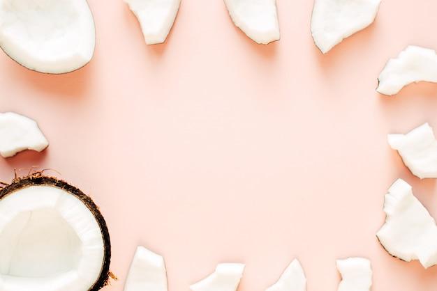 Disposizione di cocco su uno sfondo rosa con spazio libero