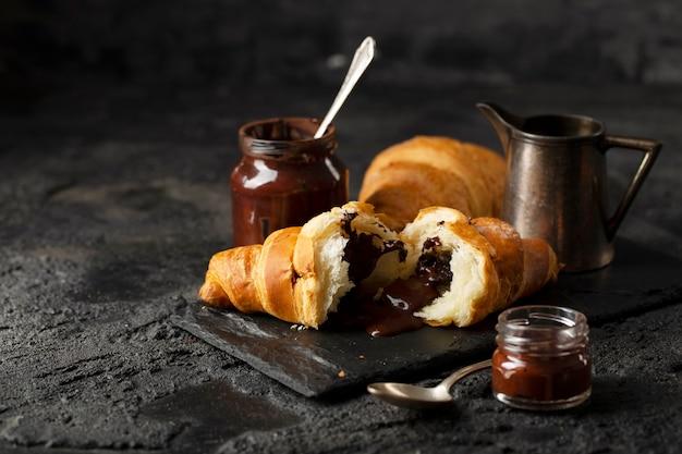 Disposizione di croissant al cioccolato vista frontale