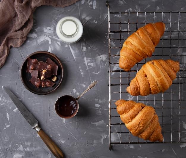 Disposizione di croissant dolci piatti