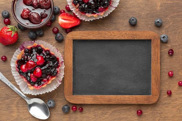 Disposizione di crostate alla frutta piatte