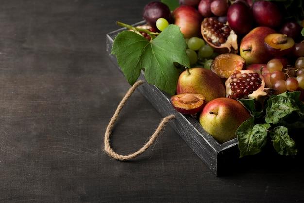 Disposizione di deliziosi frutti autunnali con copia spazio