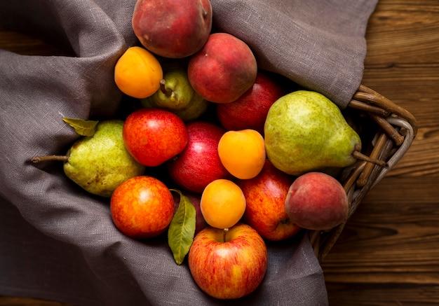 Disposizione di deliziosi frutti autunnali nel cesto