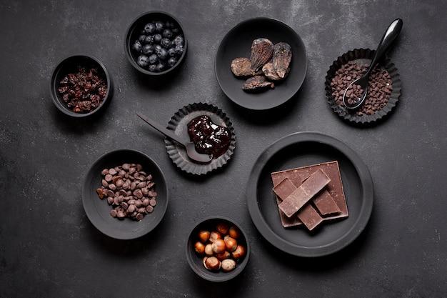 Disposizione di deliziosi frutti di bosco e cioccolato sani