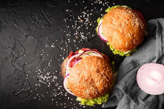 Disposizione di deliziosi hamburger con spazio di copia