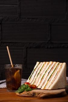 Disposizione di deliziosi panini con succo