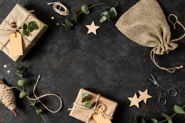 Disposizione di diversi oggetti natalizi con copia spazio