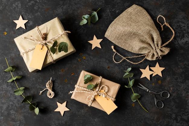 Disposizione di diversi oggetti natalizi