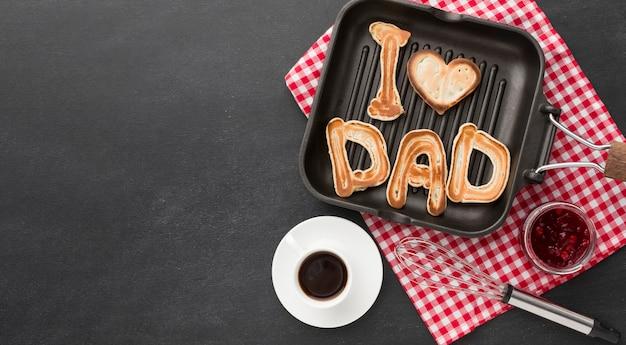 Disposizione di festa del papà con il pasto