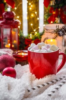 Disposizione di festa di natale. tazza con cacao caldo marshmallows candele, regali, accogliente soffice bl