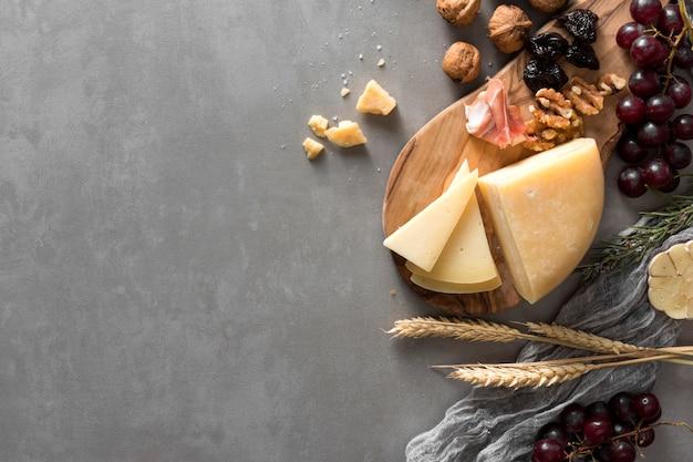 Disposizione di formaggio piatto laico con spazio di copia