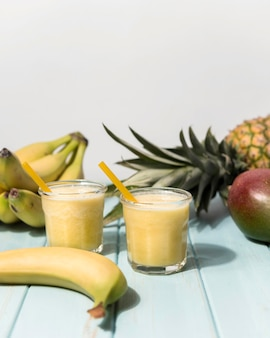 Disposizione di frullati di banana