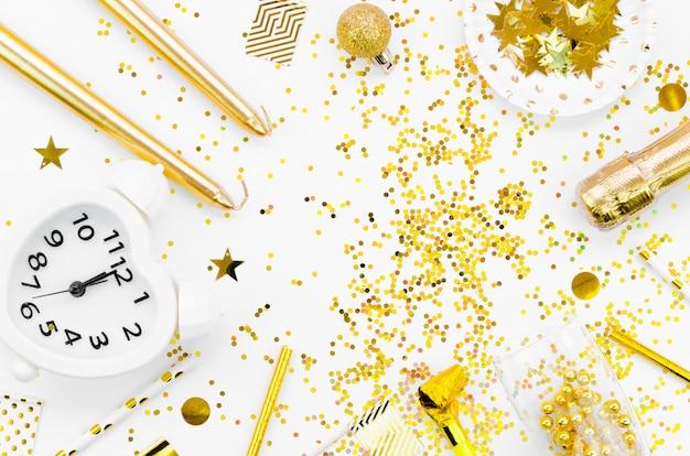 Disposizione di glitter dorati con orologio