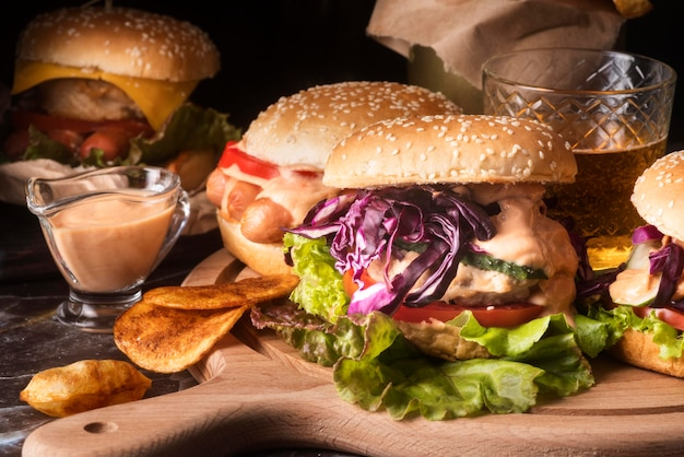 Disposizione di gustosi hamburger